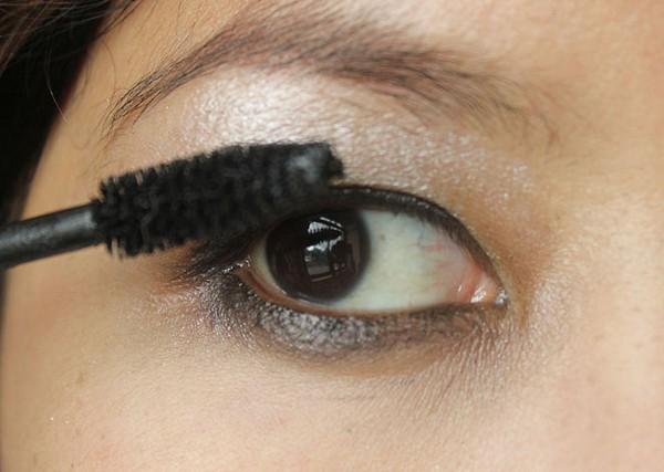 apply eye shadow beauty