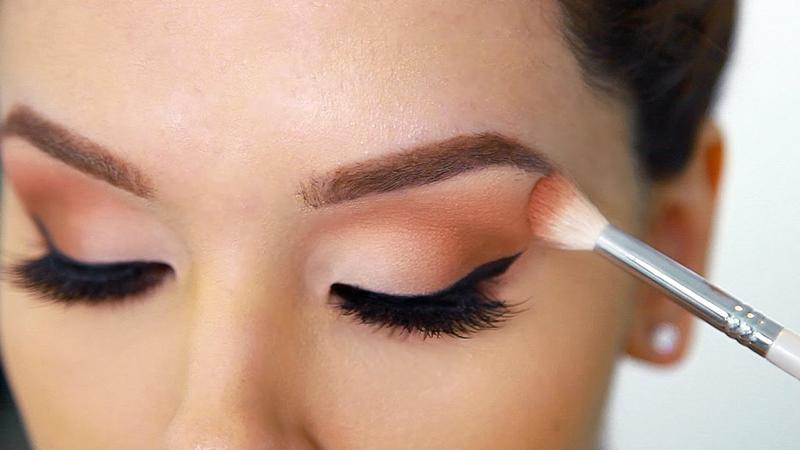 apply eye shadow